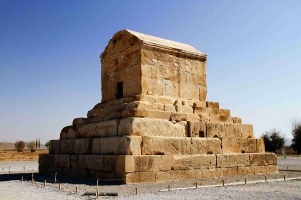 بخش هایی از کتاب تاریخ ایران در قرون نخست اسلامی در باره حمله اعراب