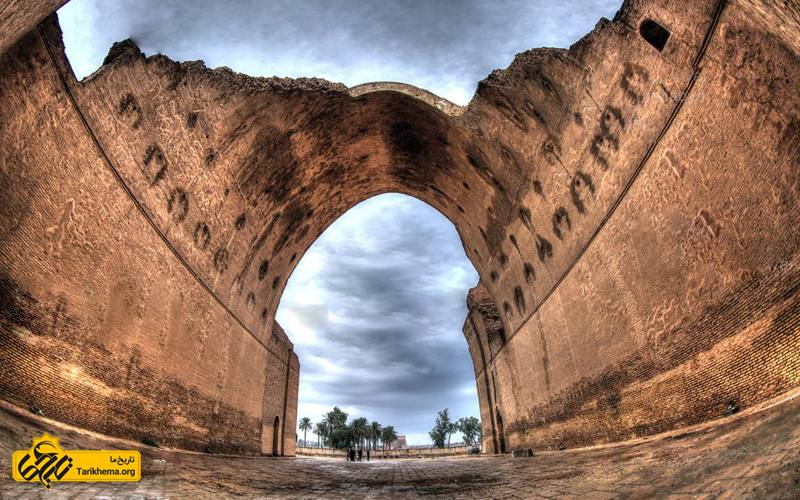 عکس ایوان خسرو یا طاق کسری یا ایوان مدائن برجستهترین یادگار شاهنشاهی ساسانی، در تیسفون واقع در کشور عراق کنونی است. arch-deficit Tarikhema.org