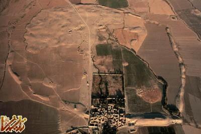 عکس هوایی از تل مالیان (Tal-e Malyan) که اکنون بعنوان محل شهر انشان ، پایتخت کوهستانی ایلام شناخته شده است.
