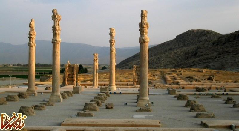 http://tarikhema.org/images/2011/08/lossy-page1-800px-Apadana_Palace_in_Persepolis_located_in_Iran.tif2.jpg