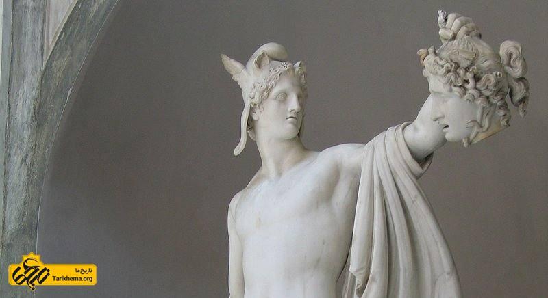 مجسمه پرسئوس موزه واتیکان. در این مجسمه سر مدوسا، شمشیر کرونوس و کلاه هادس دیده میشود، اما کفشهای بالدار هرمس دیده نمیشود.