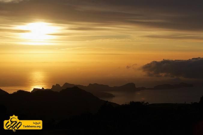 عکس تصویر، طلوع خورشید را از شهر پونتا دی سائو لورنسو و شهر فونچال در جزایر خودمختار مادیرا در کشور پرتغال واقع در اقیانوس اطلس در تاریخ ۱۱ می ۲۰۱۲ نشانمیدهد. ممکناست آتلانتیس در جنوب اسپانیا واقعشدهباشد. (تصویر از دین ماتاروپُلوس/GettyImages) %d8%a2%d8%aa%d9%84%d8%a7%d9%86%d8%aa%db%8c%d8%b3-%d8%aa%d9%85%d8%af%d9%86-%da%af%d9%85%d8%b4%d8%af%d9%87 Tarikhema.org