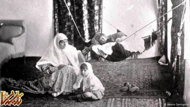 مادر ایرانی با دو فرزند خود • تصویری متعلق به بیش از صد سال پیش