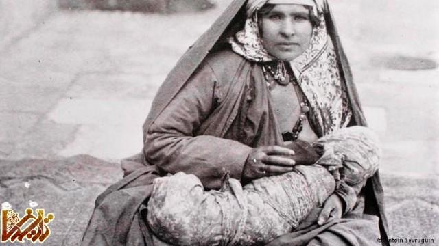زنی که به کودک خود شیر میدهد