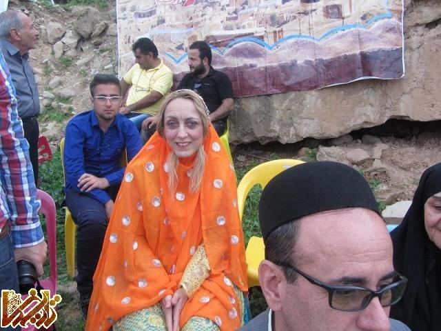 (تصویر: خانم مارسلا روم پف با لباس بختیاری در جشنواره شعر لری بنه وار، نوروز 1393)