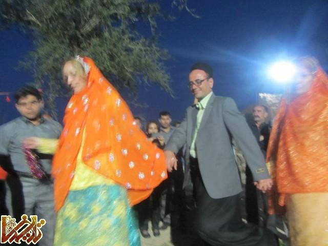 (تصویر: خانم مارسلا روم پف با لباس بختیاری در جشنواره شعر لری بنه وار، نوروز ۱۳۹۳)