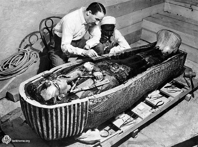 هووارد کارتر در حال بررسی تابوت توتانخآمون | تاریخ ما