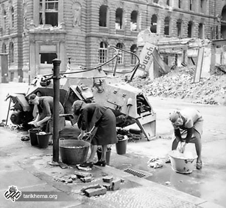 زنان آلمانی در حال شستشوی لباس در برلین اشغالی