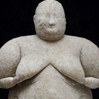 مجسمه سنگ نادر یک زن را به قدمت ۸ هزار سال