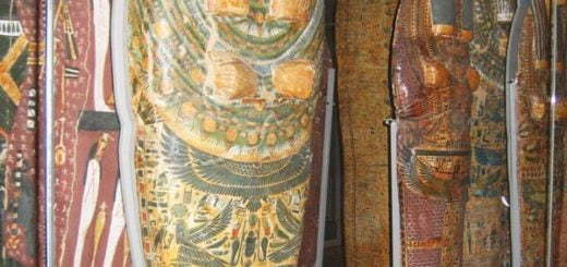 ویدئوی کشف چندین مومیایی در مقبره ای در کویر