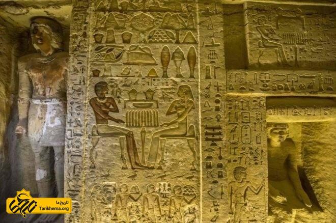 روی دیوارها به هیروگلیف، شیوه نگارش مصر باستان، نوشتههایی وجود دارد