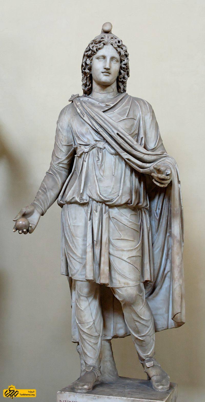 عکس تندیسه میترای رومی یا یک مشعلدار پیرو آیین میترایی در روم باستان در موزه واتیکان (ساخته شده از مرمر در حدود سده دوم یا سوم پس از میلاد) %d9%85%db%8c%d8%aa%d8%b1%d8%a7-%d8%af%d8%b1-%d8%b2%d9%85%d8%a7%d9%86-%d8%a7%d8%b4%da%a9%d8%a7%d9%86%db%8c%d8%a7%d9%86 Tarikhema.org