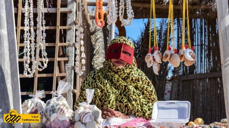 زنی با پوشش سنتی در جزیره هنگام