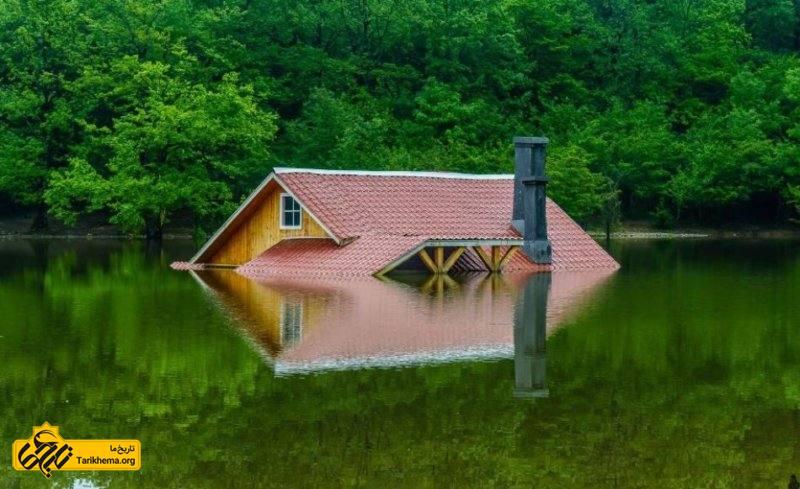 خانه ای میان آب در دریاچه سقالکسار گیلان