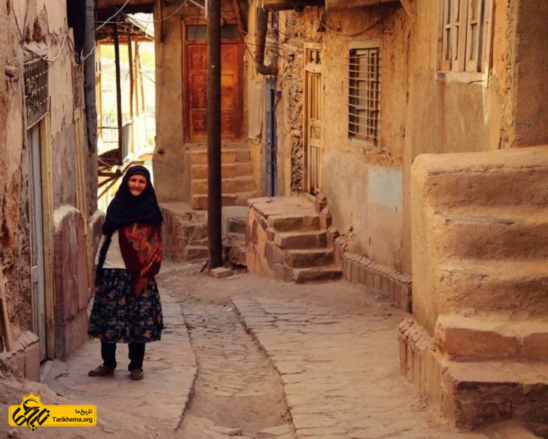 پیرزن با لباس محلی در روستای کنگ