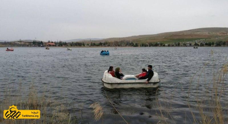 قایق سواری در سرآب نیلوفر