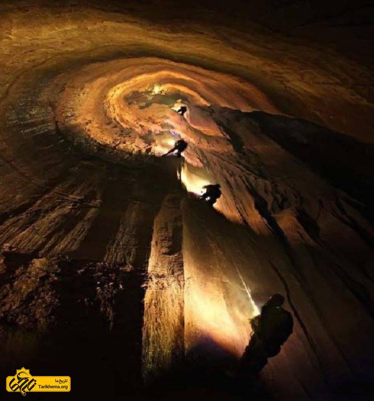 نمای غار پرآو کرمانشاه در شب