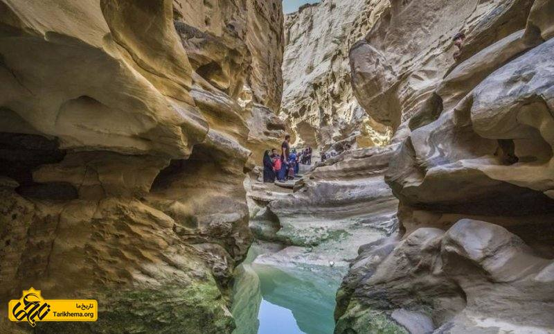 چاهکوه درهای به عمق ۱۰۰متر است که نمایشی از فرسایش سنگهای رسوبی است. این دره با حفرهها و دالانها و اشکال اعجابآور در دیوارههای خود گردشگران را مبهوت میکند.