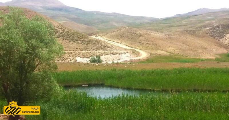 این چمن در ۱۵ کیلومتری شهر تاریخی تکاب در استان آذربایجان غربی ایران است.