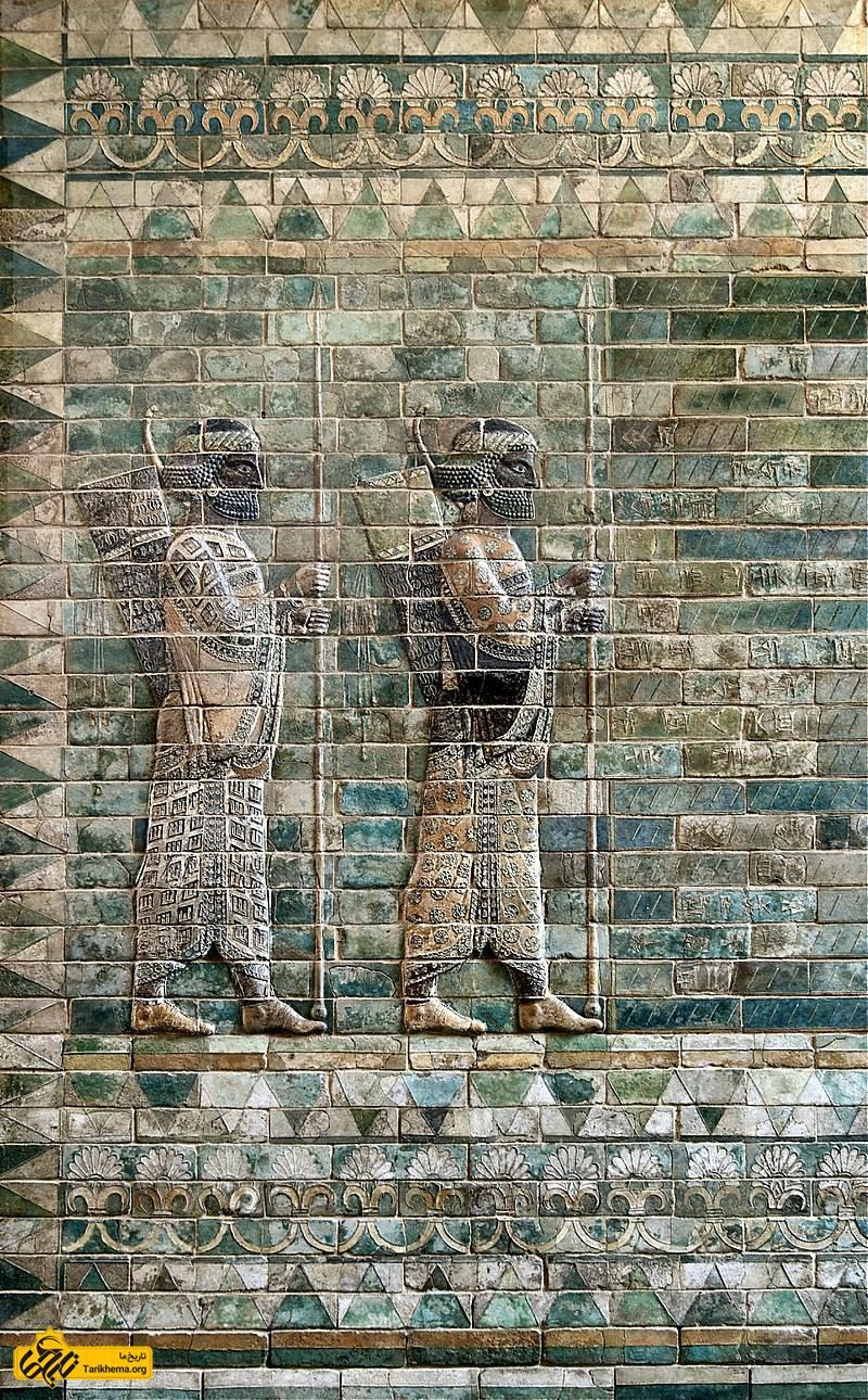 عکس سنگنگاره کمانداران، تزئینات مجلل و معروف از بخش مسکونی کاخ آپادانا، ساخته شده توسط داریوش اول در شوش را نمایش میدهد. این کتیبه از آجر سفالی براق ساخته شدهاست و بلندی آن ۴٫۷۵ متر و پهنای آن ۳٫۷۵ متر میباشد. هرودوت تاریخنگار یونانی این سپاه برگزیده را فناناپذیر (جاویدان) میدانست. از این کتیبه هماکنون در موزهٔ لوور در فرانسه نگهداری میشود. %d9%86%d8%a8%d8%b1%d8%af-%d9%85%d8%a7%d8%b1%d8%a7%d8%aa%d9%86-%d9%88-%d8%af%d8%b1%d9%88%d8%ba-%d8%a8%d8%b2%d8%b1%da%af-%db%8c%d9%88%d9%86%d8%a7%d9%86%db%8c%e2%80%8c%d9%87%d8%a7 Tarikhema.org