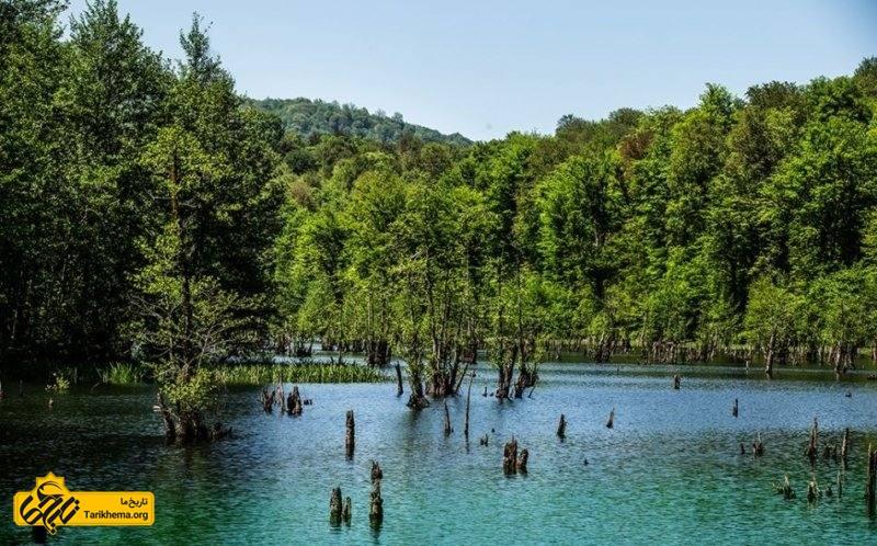 با توجه به اینکه این دریاچه در منطقه حفاظت شده قرار گرفتهاست هنوز هیچ گونه امکاناتی در اطراف آن وجود نداشته باشد.