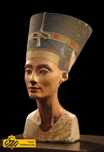 نیمتنۀ نفرتیتی در موزه مصرشناسی برلین ، نِفِرتیتی یا نِفرتیتی همسر بزرگ سلطنتی (همسر اصلی) فرعون مصر، آخناتون بود و به عنوان (سرور همسر و مشاوره ارشد) شریک سلطنت همسر شناخته می شود. او و همسرش به خاطر یکتاپرستی و تغییر دین در تاریخ فراعنه پرآوازه هستند. نِفِرتیتی همچنین در تاریخ مصر به خاطر گردن کشیده و زیبایش مشهور است. نفرتیتی در طول حیات خود شش دختر به دنیا اورد.
