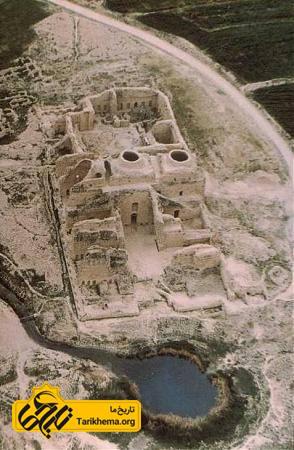 نمایی از بازماندهٔ کاخی که به نام کاخ اردشیر بابکان معروف است، در نزدیکی شهر گور