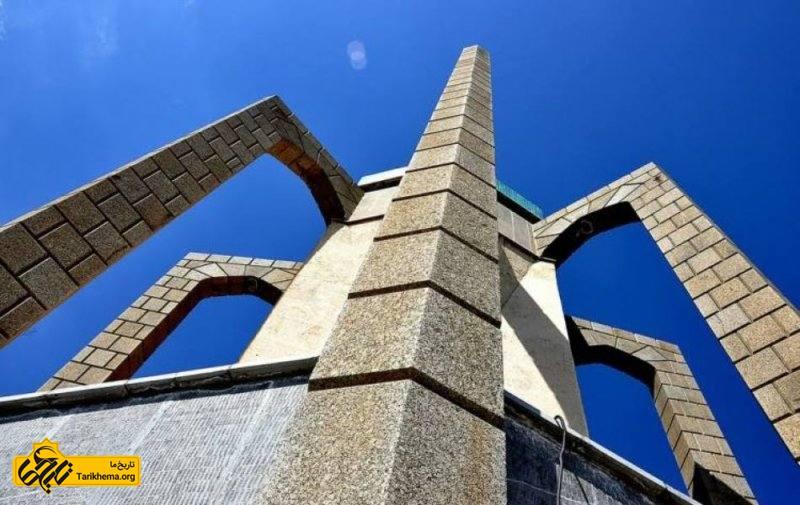 معماری آرامگاه باباطاهر