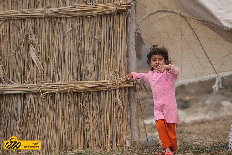در این روستا مهاجرت کمتر صورت میگیرد، اهالی صراخیه روستای خود و زندگی در کنار تالاب را به مهاجرت ترجیح میدهند. بسیاری از جوانان سراخیه با ماندن در روستا و ازدواجهای بومی باعث افزایش جمعیت بومی آن نیز شدهاند.