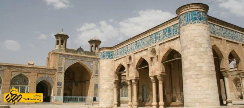 در سمت جنوب این مسجد دیواری قرار گرفته که به دیوار ندبه مشهور است؛ برای تمایز این دیوار با سایر دیوارها علامت تک پیک یا سرو به صورت کاشی کاری آبی رنگی مشخص شدهاست.