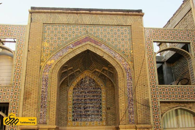 این مسجد اولین هسته مذهبی در شهر شیراز است که جدا از عملکرد مذهبی نقش اجتماعی-سیاسی نیز داشتهاست و به همین دلیل دارای ۶ ورودی در اضلاع مختلف میباشد که مهمترین آن ورودی ضلع شمالی است که در دوره صفویه بازسازی گردیدهاست