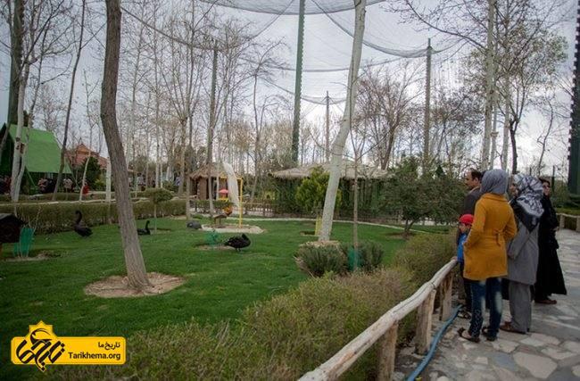 مردم در حال بازدید از باغ پرندگان