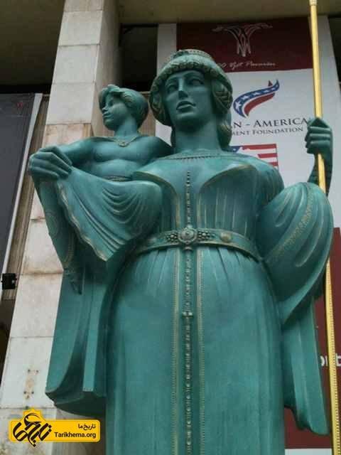 مجسمه ملکه تئوتا و پسر ناتنی اش