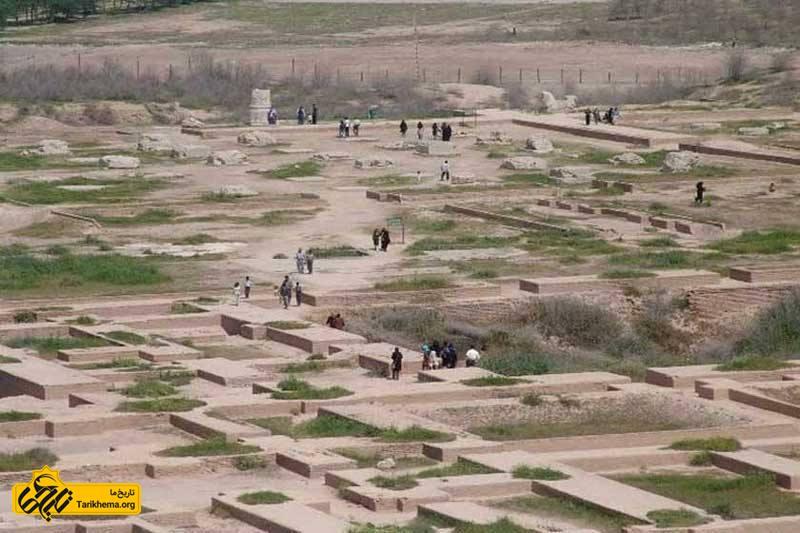 گردشگران در حال بازدید از ایوان کرخه