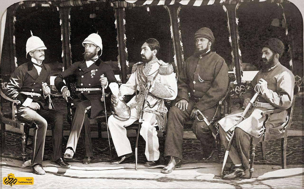 محمد یعقوب خان افغانستان (در وسط) با سر لوئیس کااواناری انگلیسی ، 26 مه 1879