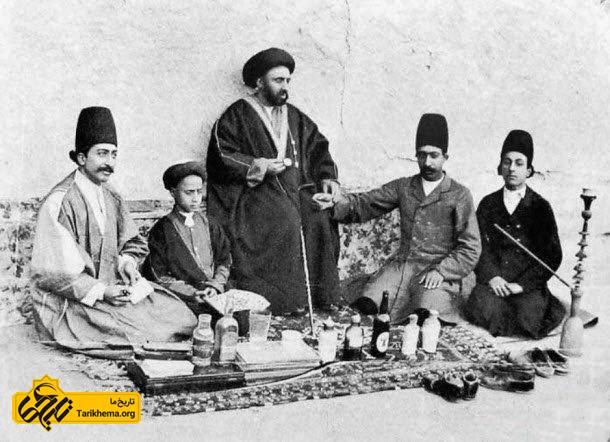 حکیم باشی و نسخه نویس و شاگرد در حال طبابت در عهد قاجار