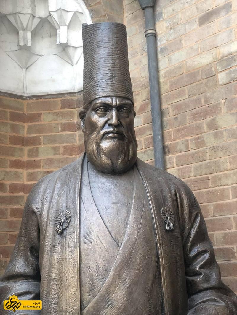 مجسمه امیرکبیر در دارالفنون.