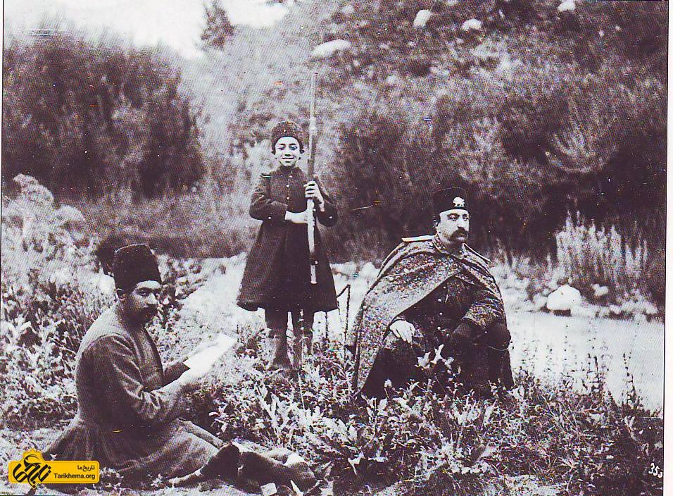 ناصرالدین شاه (نشسته در طرف راست) و عزیزالسلطان (ایستاده) در شکارگاه
