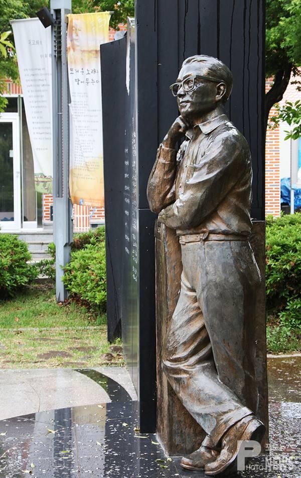 مجسمه ای از شاعر یو چی هوان