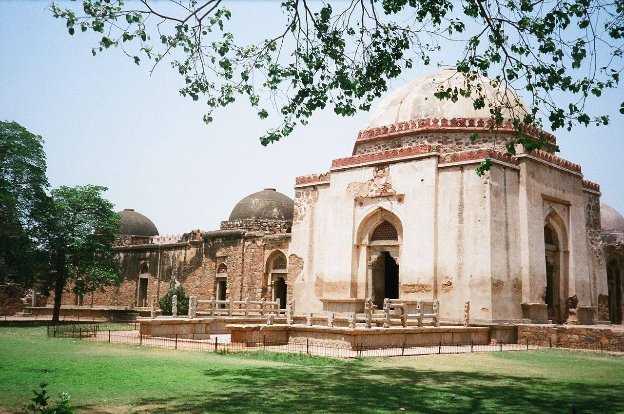 مقبره سلطان فیروزشاه تغلق در کنار مدرسه در مجموعه حوض خاص دهلی