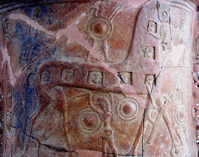 تصویر اسب تروآ و سربازانی که در آن کمین کرده بودند بر روی یک ظرف زینتی، موزه باستانشناسی میکونوس
