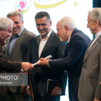 ظریف نشان نوروز را به «محمد میرشکرایی» اهدا کرد/تشویق چند باره ظریف توسط حاضران