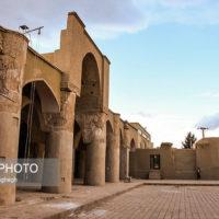 مسجدی کهنسال با ستونهایی به شیوه کاخهای ساسانی