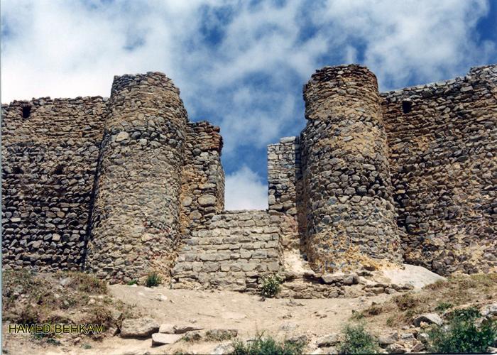 درب ورودی قلعه بابک درم دین